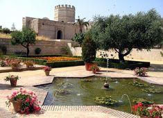 CASTLES OF SPAIN - Alcázar de Jerez de la Frontera, (Andalucía) fortificacion de origen almohade. A mediados del siglo XI, Jerez jura fidelidad a los banu Jizrun del reino de taifa de Arcos. En el siglo XII, como respuesta contra la autoridad de los almorávides, Jerez se proclama taifa independiente. A partir de 1146 juró fidelidad a los almohades, quienes se harán con el control de Al Andalus. En 1255, Jerez es asediado por los castellanos, y conquistado el alcázar.