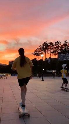 Skateboard Design, Skateboard Girl, Aesthetic Videos, Aesthetic Pictures, Skateboard Videos, Skate Girl, Skater Boys, Badass Aesthetic, Aesthetic Photography Nature