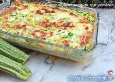 Le lasagne di pane carasau con zucchine sono un primo piatto completo da portare in tavola ancora tiepido evitando di accendere il forno nelle ore più calde