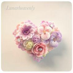 ハート型 お花のブローチ / クリップレース編みのちいさなお花をぎゅっと集めて、ハート形に仕上げました。パンジー、アネモネ、薔薇など。淡いピンク系の色がとても愛らしいです。ホワイトオパールのスワロフスキーをポイントに使い、控えめに輝きます。<サイズ>約縦4.5cm×横5cm <素材>金具…真鍮モチーフ…コットン※型崩れしないよう加工してあります通常レース編みで使われる20番・40番より細い、80番のレース糸で、モチーフひとつひとつ丁寧に編んでいます。パターンはすべてオリジナルです。 故意に引っ張ることは型崩れや破損の原因となりますので避けてください。引っかけや擦れにもご注意下さい。 お花のパーツはひとつひとつ染色してあります。水に濡れると色落ちや色移りの可能性があります。十分ご注意ください。