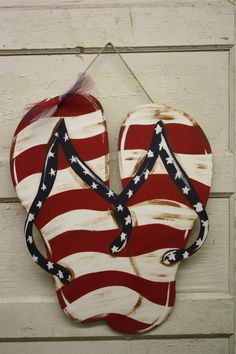 Wonderful Pics Flip Flop door hanger of July We are want to say thanks if you like to share. Tips Your individual door hanger Sure, the classic is needless to say the door pendant, by which on the l Patriotic Crafts, July Crafts, Burlap Crafts, Wooden Crafts, Wooden Projects, Summer Diy, Summer Crafts, Summer Food, Hawaian Party