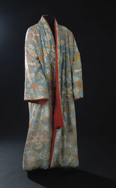 From the mid-17th century, Dutch upper class men wore these morning gowns in the private sphere or on informal occassions, at times even outside their home. The cut was often based on the pattern used for kimonos.
