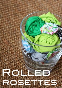 Rolled Rosettes with Fabric Yarn or Trapillo - Tutorial Fabric Rosette, Fabric Flower Tutorial, Rosettes, Bow Tutorial, Handmade Flowers, Diy Flowers, Fabric Flowers, Craft Tutorials, Craft Projects