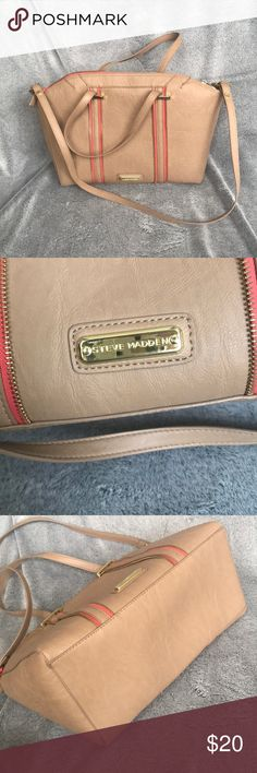 s t e v e . m a d d e n . b a g Large spacious faux leather Steve Madden bag with salmon color trim! Great used condition! Only flaw is orange stain in inside shown in pics. Steve Madden Bags