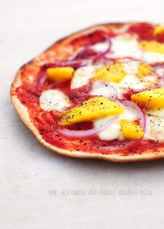 Crispy Brie, Red Onion, and Mango Pizza / Flatbreads #pizza