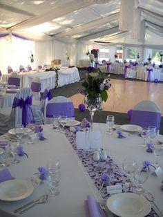 Lila esküvői dekoráció székszonyával, lila masnival és lila asztali futóval | Purple wedding decoration with chaircover, purple ribbon and purple table runner