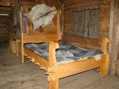 Oseberg-style bed at Gunnes Gård Viking village - I've seen a lot of this style of bed at Society of Creative Anachronism (SCA) events, because they can be made portable. Our SCA bed is similar. Viking Bed, Viking Camp, Viking House, Medieval Bed, Viking Village, Norwegian Vikings, Medieval Furniture, Camping Furniture, Head Boards