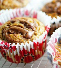 Banana muffin with hazelnut praline / nutella swirl banana muffins Sweet Recipes, Healthy Recipes, Healthy Food, Hazelnut Praline, Nutella, Muffins, Cupcakes, Banana, Sweets