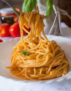 Pasta con pesto siciliano cremosa http://blog.giallozafferano.it/graficareincucina/pasta-con-pesto-siciliano-cremosa/