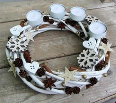 Bílý adventní věnec na čajové svíčky Advent Wreath, Grapevine Wreath, Christmas Diy, Christmas Wreaths, Xmas Decorations, Xmas Tree, Diy And Crafts, Centerpieces, Candles