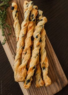 Olive Cheese Straws — Light, Flaky, and Melt in Your Mouth Delicious! These Cheese Straws are the Perfect Autumn Appetizer! Appetizer Dips, Yummy Appetizers, Appetizer Recipes, Light Appetizers, Holiday Appetizers, Holiday Treats, Savoury Biscuits, Savoury Baking, Cheese Straws