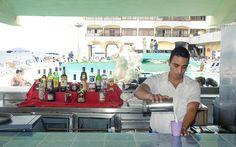 El Copacabana, inaugurado en 1957, es un moderno hotel que se alza junto al litoral. Sus instalaciones y habitaciones están tan cerca del mar, que se puede observar el Golfo de México, sin necesidad de subir a una embarcación.