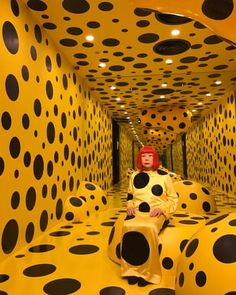 After spending the past four decades in a psychiatric hospital, her name written out of art history, Yayoi Kusama became an art-world phenomenon in the age of the selfie Yayoi Kusama, Film Victoria, Contemporary Artists, Modern Art, Pop Art Fashion, Classic Fashion, Fashion Fashion, Street Fashion, Retro Fashion