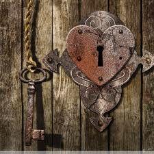 Vždyť ke každému zámku je klíč, který tajná dvířka otvírá a já jsem tolik šťastna, že ty víš, že ke každému zámku je klíč...