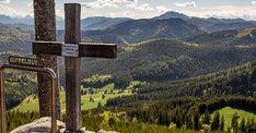 Kurzwanderung auf die Brunnsteinmauer (1336m) mit einem wunderbaren Panoramablick beim Gipfelkreuz. Los geht die Wanderung am Zellerrain (1121m). Man folgt der Forststraße Richtung Feldwies/Brach bis zum Höchbauer (großes Haus auf einer Wiese). Communities Unit, Mountains, Hiking, Woodland Forest, Landscape, Stones