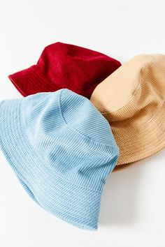 UO Corduroy Bucket Hat - - Classic corduroy for classically cool vibes – this UO bucket hat is rendered in cozy cotton for cool weather, featuring a full brim and floppy silhouette. Outfits With Hats, Cool Outfits, Summer Outfits, Fashion Mode, Fashion Outfits, Bucket Hat Outfit, Accesorios Casual, Cute Hats, Aesthetic Clothes