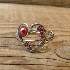 Chunky heart wire wrapped with various sizes of red beads Wire Jewelry Rings, Wire Earrings, Heart Jewelry, Copper Jewelry, Beaded Jewelry, Jewlery, Copper Wire, Heart Ring, Diy Rings