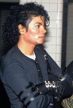 Michael Jackson See more #music pics at www.freecomputerdesktopwallpaper.com/wmusic.shtml