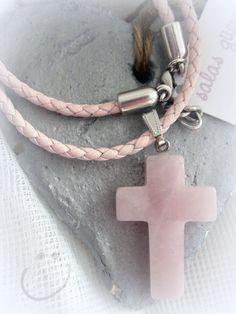 Cruces de cuarzo grandes con cuero rosa palo. Detalle para invitadas más mayores.  Sesión fotográfica de andar por casa.  http://salasguerri.blogspot.com.es/