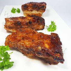 Żeberka to klasyka i tak naprawdę danie idealne na LCHF ;) Można je przyrządzić na wiele sposobów i ja sama robię je według różnych przepisów. Znacie już ten na żeberka w kapuście kiszonej a tym razem prezentuję Wam moje ulubione, czyli pieczone w marynacie :) Miękkie, soczyste i aromatyczne mięso Lchf, Fat Bombs, Tandoori Chicken, Paleo, Pork, Food And Drink, Low Carb, Meat, Ethnic Recipes