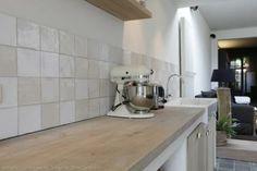 Witjes als wandtegels achter de keuken. Ideaal als spatrand | Kersbergen.nl