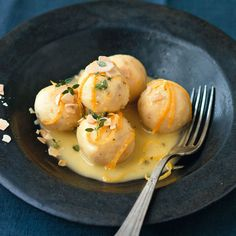 Die durch Safran und geröstete Mandeln besonders feinen Klößchen bekommen einen kleinen Frischekick durch die Zitronenbutter - ganz leicht gemacht sin...