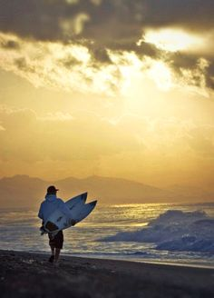 Andy Irons doing the dawn patrol on the eastside on the Island of the Gods Surf Check, Surf Movies, Soul Surfer, Vintage Surf, The Beach Boys, Big Waves, Surfs Up, Top Of The World, Surfers