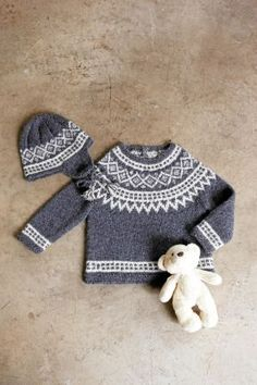 Klassisk mössa och tröja i mjukt paket. Baby Barn, Icelandic Sweaters, Knit Or Crochet, Baby Knitting Patterns, Baby Dress, Baby Gifts, Outfits, Clothes, Style