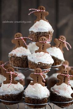 Gingerbread cupcakes tutorial - so hardly have words for how adorable this project is! Almost to cute to eat.almost :-) Gingerbread cupcakes tutorial - so hardly have words for how adorable this project is! Almost to cute to eat. Christmas Sweets, Christmas Cooking, Christmas Goodies, Christmas Cakes, Xmas, Meery Christmas, Christmas Buffet, Italian Christmas, Christmas Kitchen