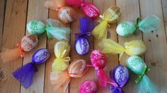 Vajíčka v organze - Vyfouklé vajíčko ozdobíme lepící krajkou. To pak zabalíme do organzy. ( DIY, Hobby, Crafts, Homemade, Handmade, Creative, Ideas, Handy hands) Easter Eggs, Crafts, Diy, Build Your Own, Manualidades, Bricolage, Crafting, Handmade Crafts, Do It Yourself