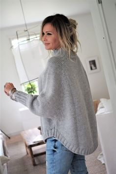 WEEKEND KNIT Bluse, LIGHT GREY - Einfaches Handwerk knitting for beginners knitting ideas knitting patterns knitting projects knitting sweater Poncho Knitting Patterns, Free Knitting, Crochet Patterns, Doll Patterns, Knitting Needles, Knitting Socks, Sewing Patterns, Hand Knitted Sweaters, Knitted Poncho
