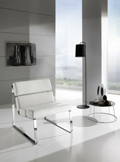 Cromo lucido ed ecopelle bianco sono i materiali della poltrona Tratto.