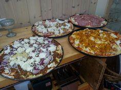 """Panpizza """"Pizza Hut style"""" färdiga för tillagning. Salami, kyckling med curry, Capricciosa samt tacoköttfärs/rödlök"""