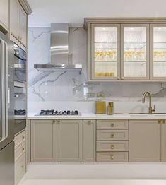 Cozinha clássica e super elegante  Amei os toques de dourado nos metais e puxadores { Projeto Daiana Capuci } My House, Kitchen Decor, Sweet Home, New Homes, Kitchen Cabinets, House Design, Interior Design, Home Decor, Style