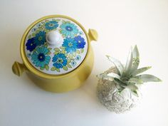 bean pot mod floral, small covered casserole Royal Sealy stoneware, blue green chartreuse daisy, pottery crock, cookie jar retro kitchenware...
