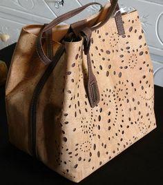 Bolso en corcho bordado. Cork Fabric, Vinyl Fabric, Fabric Bags, Tote Purse, Tote Handbags, Handbag Patterns, Kraft Paper, Leather Fabric, Bucket Bag