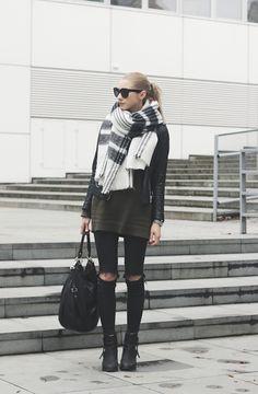 Oversized Scarf Trend: Pavlína Jágrová is wearing a big black and white scarf from Zara