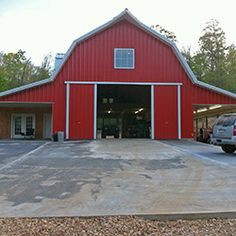 Gambrel barn- yes! Would the lean-tos need tweaking? Gambrel barn- yes! Would the lean-tos need tweaking? Gambrel Barn, Gambrel Roof, Pole Barn House Plans, Pole Barn Homes, Pole Barn Garage, Garage Loft, Garage Workshop, Barn Apartment, Garage Apartment Plans