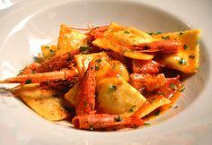Il sugo di scampi e gamberi abbraccia i ravioli con un morbido ripieno di patate e cernia. Una ricetta da non perdere con tutto il gusto del mare.