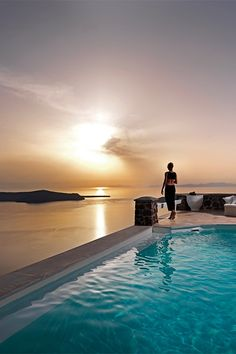 Tholos Resort, Santorini Luxury at its bessssst Oh The Places You'll Go, Places To Travel, Places To Visit, Beautiful Pools, Beautiful Places, Beautiful Sky, Dream Vacations, Vacation Spots, Resorts