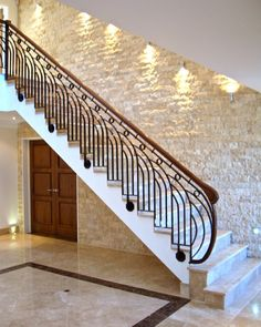 modern stair railing ideas iron safety grill design for staircase Staircase Interior Design, Staircase Railing Design, Luxury Staircase, Balcony Railing Design, Railing Ideas, Modern Stair Railing, Wrought Iron Stair Railing, Modern Stairs, Stair Handrail