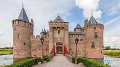 dit kasteel heet het muiderslot hij is gebouwd in 1280, het type van het kasteel is waterburcht.