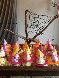 Heksen-Traktatie met popcorn (popcorn in plastic zakje, oogjes er op en heksenhoedje, spinnenweb en bezemsteel erbij)