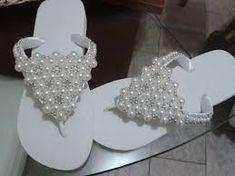 Chinelo Minnie Branco com tiura de strass e laço de pérolas