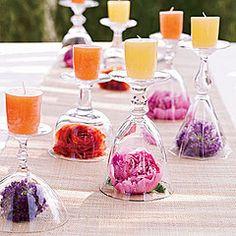 Fordítsd a boros poharat a szájával lefelé! A kehelybe mehet bármilyen dekorációs apróság, a talpára kerüljön gyertya!