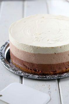 Herkullinen kolmen suklaan juustokakku syntyy vaivattomasti ilman liivatetta. Kakun pohjassa on voin sijasta valkosuklaata antamassa ihanaa makua. Sweet Desserts, Sweet Recipes, Delicious Desserts, Yummy Food, Baking Recipes, Dessert Recipes, Raw Cake, Sweet Pastries, Piece Of Cakes