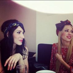 Retro style - Lisa and Jess Origliasso