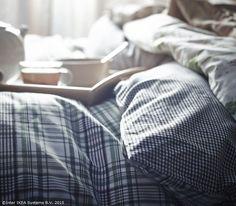 Unii beau cafeaua la birou, alții o primesc în dormitor. www.IKEA.ro/tava_KLACK