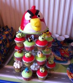 We've seen Angry Birds themed toppers and birthday cake. Apparently Angry Birds weren't contented, now they've invaded our cupcakes. Angry Birds Cupcakes, Love Cupcakes, Yummy Cupcakes, Cupcake Cookies, Cupcake Tree, Cupcake Ideas, Cupcakes Kids, Angry Birds New, Festa Angry Birds