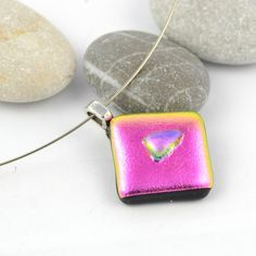 Rosa firkantet halssmykke av dichroic glass med liten glassbit på